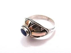 Köves ezüst gyűrű laparany rátétekkel.