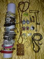Ékszer csomag: fülbevalók, gyűrűk, sok karkötő, nyakláncok, bross, kézműves, etnikai ékszerek
