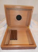 Cédrusfa  - nagy szivartartó doboz 26 x 22 x 7 cm - 4 db szivarral újszerű állapot