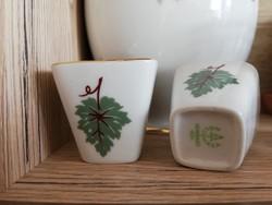 Hollóházi szögletes porcelán pálinkáspohár szőlőlevél mintával