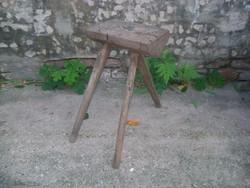 Régi népi, paraszti három lábú szék, monogramos, fenyő