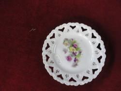 Keleti porcelán süteményes tányér, áttört szélű, színes virággal a közepén.