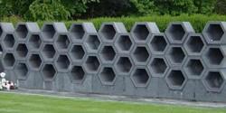 Urnafal különleges hatszög elemekből hátlapjával urnafal kerítésnek is exkluzív