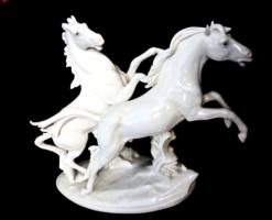 Monumentális nagyságú ENS riadt lovak szoborkompozíció