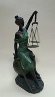Justitia szobor ülő