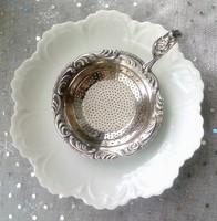 Jelzett ezüstözött teaszűrő