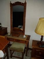 Koloniál fésülködő asztal tükörrel és székkel