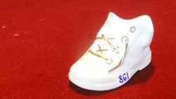 Aquincumi porcelán fehér kis cipő, arany fűzővel.