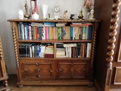 Koloniál könyvespolc, könyvszekrény alján zárható szekrény