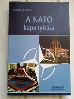 A Nato kapunyitása-Ronald.D.Asmus forditó dedikált