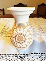 22 cm.magas, jelzéses, nyers színű, vésett mintával,KORONDI váza eladó.