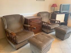 Óriási kényelmes koloniál fotelek és puffok