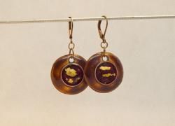 KÉZMŰVES ÚJ Óborostyán színű tűzzománc fülbevaló 24 karátos arannyal díszítve