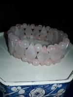 Rózsa kvarc szemekből álló, igényes ásvány karkötő gumis!