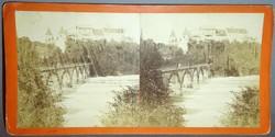 Sztereofotó városrészletről híddal.