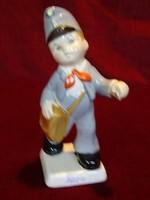 Gránit porcelán figurális szobor, postás egyenruhában.
