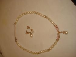 Gyönyörű gyöngy nyaklánc és fülbevaló arany színű és strasszköves díszítéssel