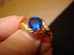 Divatékszer arany színű gyűrű   csodaszép kék kővel érdekes kidolgozással 8-as méret