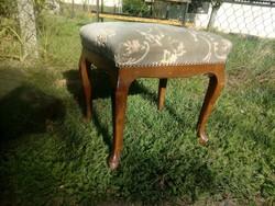 Kényelmes kecses,tiszta és jó állapotú neobarokk ülőke / puff / zsámoly / lábtartó