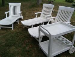 Fehér műanyag kerti garnitúra : 1 db ovális asztal,4 db szék, 3 db napozóágy,1-1 db zsúrkocsi és pad