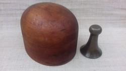 Régi fából készített férfi kalapkészítő forma hozzá kalapos réz vasalóval