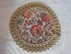 Szövött virágos kör alakú arany csipkével szegélyezett belga díszterítő 22 cm