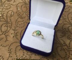 Tömör arany gyűrű smaragd és gyémánt kővel