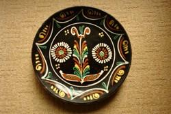 Népi motívumos mázas fali tányér