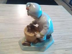 Régi Zsolnay porcelán rőzsét gyüjtő kisfiú