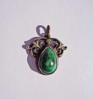 Antik zöld köves cizellált medál