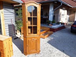 Eladó egy TÖLGY sarok vitrin. Bútor szép  állapotú ,masszív , erős és stabil.