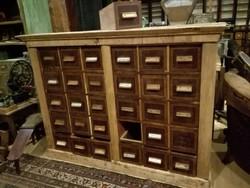Régi sokfiókos, sok fiókos patikai szekrény loft, vintage, industrial