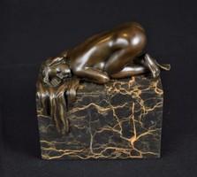 Fekvő női akt - bronz szobor