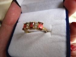 Tömör arany gyűrű 3 vörös gránát és 4 fehér zafír kővel