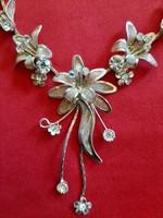 Alkalmi ezüstözött igen dekoratív virágos nyakék