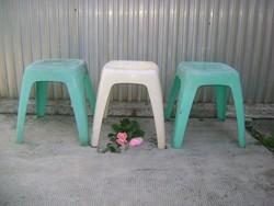 Három darab retro műanyag szék