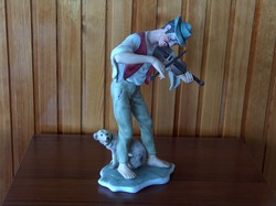 Színes bisquit porcelán szobor, hegedűs