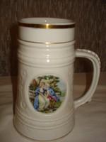 Nagyon szép jelenetes, barokk stílusú, arany szegélyű porcelán sörös korsó 7 dl-es