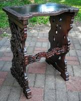 Reneszánsz kis asztal