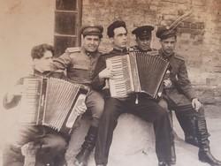 Régi fotó katona fénykép zenélő katonák