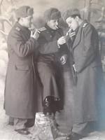 Régi fotó katona fénykép cigiző katonák