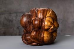 Yogi, ülő imádkozós fa szobor