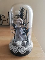 Porcelán angyal üvegbúra alatt