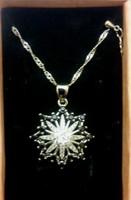 Gyönyörű  fekete -fehér kristály köves ezüst medál lánccal