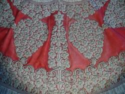 Különleges díszruha: női köntös a 19. századi Albániából