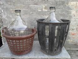 2 db 25 literes üveg ballon fém és műanyag kosárban