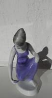 Hollóházi vizet merítő nő