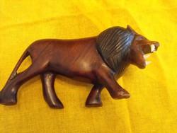 Fából faragott oroszlán