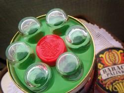 Díszdobozban ½ literes fütyülős barackpálinkás palack, 6 üveg pohárral