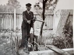 Régi fotó vintage férfi fénykép kerti vas kút kép 3 db
